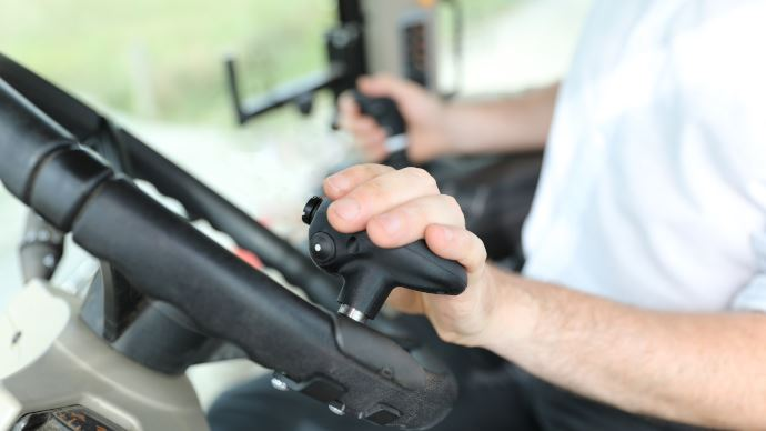 MX réinvente la conduite d'un ensemble tracteur/chargeur grâce au Tract-Pilot. (©MX)