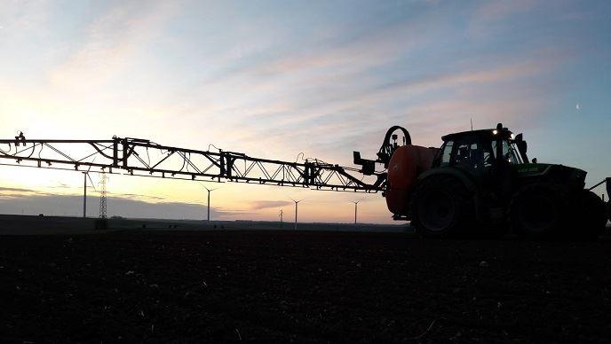 Suite aux conditions climatiques sèches de ces derniers mois, l'institut technique recommande de reporter l'hivernage de son pulvérisateur: les parcelles de céréales d'hiver pourraient avoir besoin d'être désherbées dans les semaines à venir. (©@GuyotVincent02)