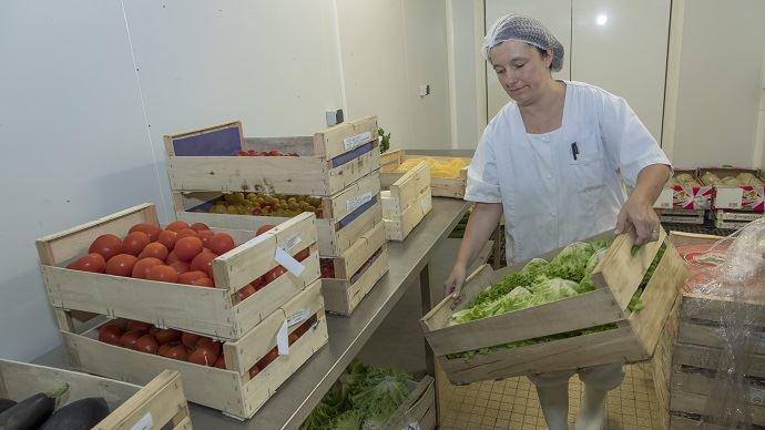 D'ici 2022, les cantines de la restauration collective publique devront s'approvisionner à 50% de produits bios, locaux ou sous signe de qualité. (©Watier Visuels)