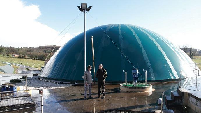 Quentin Laurent, ingénieur projets méthanisation de la Chambre d'agriculture 24 à gauche et Benoît Ramière, éleveur à la Scea du Barry, à droite sur le site du méthaniseur. (©Nicolas Mahey)