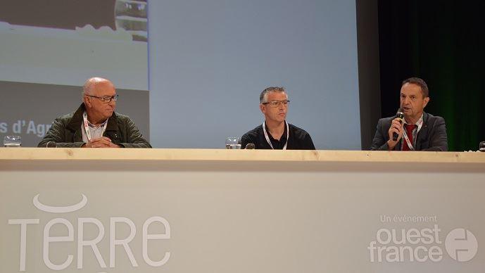 De gauche à droite, Claude Batardière, fondateur «la ferme de chez nous» ; Stéphane Gicquel, de la ferme de la Sablonnière (Ille-et-Vilaine) ; Claude Cochonneau, président de l'APCA, lors de la journée de débats Terre 2018, le 11 septembre 2018 à Rennes. (©Cécile Julien)