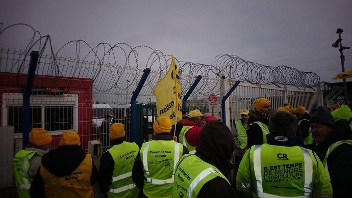 À l'entrée du port de Dunkerque, troisième port français pour les céréales, des agriculteurs de la Coordination rurale ont dénoncé les