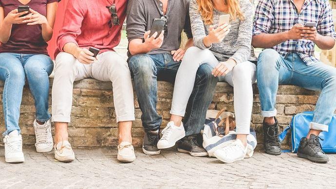 4 adolescents sur 5 sont inscrits sur un réseau social et «62% utilisent Snapchat, un chiffre qui monte à 80% chez ceux qui sont membres d'un RS», souligne le ministère de l'agriculture. (©DisobeyArt, Fotolia)