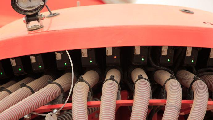 Le clapet de jalonnage VistaFlow de Kuhn contrôle aussi le passage des semences dans les tuyaux de descente. (©Kuhn)