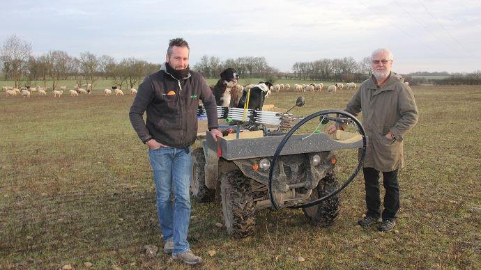 Mathieu Baudouin (à gauche) et son père: le jeune éleveur a réimplanté des prairies pour accueillir son troupeau. (©Julien Dedenon)