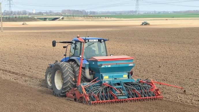 Pour les semis de lin fibre, il est «important de bien maîtriser les paramètres sol, semences et semoir, précise le Gnis. (©Gnis)