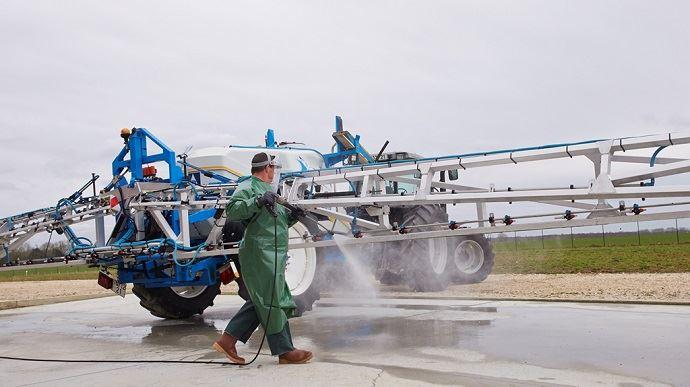 Le tablierS-Protect plus est adapté aux activités de remplissage et de nettoyage du pulvérisateur, ainsi qu'au chargement du semoir. (©Manulatex)