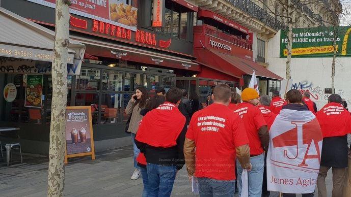 Une dizaine d'éleveurs de bovins viande sont allés manifester à Paris, devant un restaurant Buffalo Grill sur la place de la République, mardi 19 février 2019. (©@Jeunesagri)