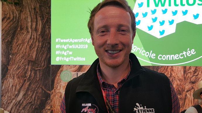 Étienne Fourmont, éleveur laitier sarthois, présentait sur le Sia son nouveau site internet bienetre-elevage.fr. L'objectif: recenser toutes les initiatives d'éleveurs engagés pour le bien-être de leurs animaux. (©TNC)