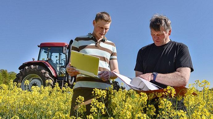 Si l'apprentissage nécessite un certain nombre de formalités, il présente de nombreux avantages pour les agriculteurs employeurs et les apprentis. Par exemple, un appui appréciable sur l'exploitation pour les premiers et une formation pratique solide pour les seconds. (©Countrypixel, Fotolia)