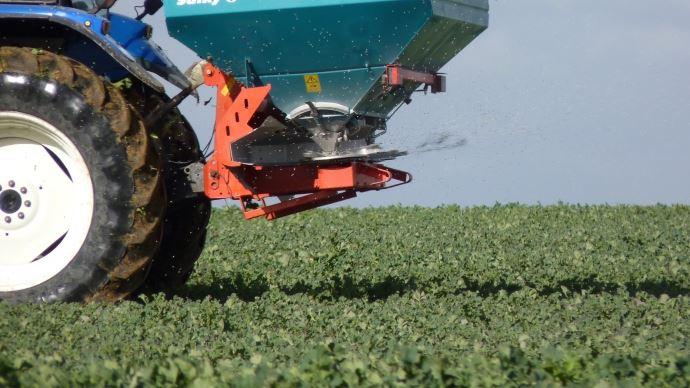 En France, 96% de l'ammoniac émis dans l'air est d'origine agricole: un quart provient des engrais azotés uréiques et ammoniacaux, le reste provient des élevages et leurs effluents. (©TNC)