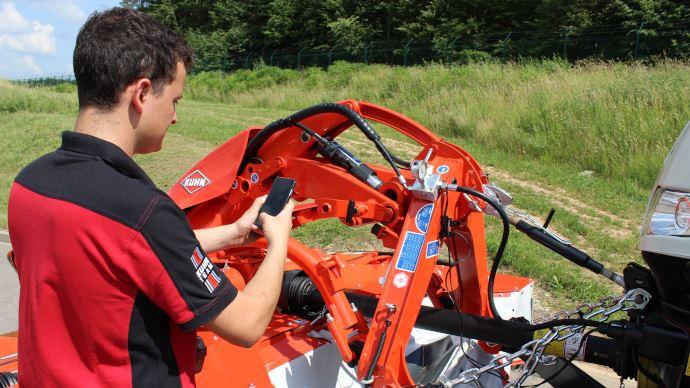L'application RedVista de Kuhn affiche automatiquement les points de maintenance de l'outil grâce au smartphone de l'agriculteur. (©Kuhn)