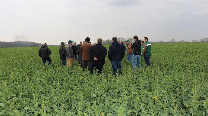 Ouvert à tous leurs clients, les tours de plaine TMCE réunissent régulièrement entre 40 et 50 agriculteurs. Compte-tenu des conditions climatiques favorables aux travaux dans les champs, ils étaient plutôt une vingtaine rassemblée à Brombos (Oise) jeudi 28 mars. (©TNC)