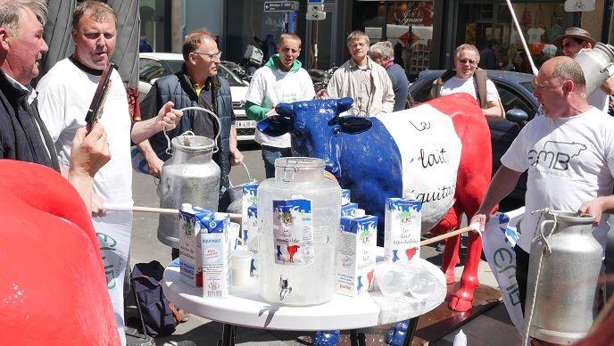 Mardi 14 mai 2019, quelques éleveurs de l'Apli manifestaient rue de Varenne à Paris, à deux pas du ministère de l'agriculture, pour réclamer une juste rémunération des éleveurs laitiers et l'application de la loi Alimentation. (©FaireFrance)
