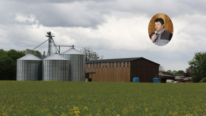 Le séchoir thermovoltaïque du Gaec des feuillages s'intègre parfaitement dans le paysage viennois. (©TNC)