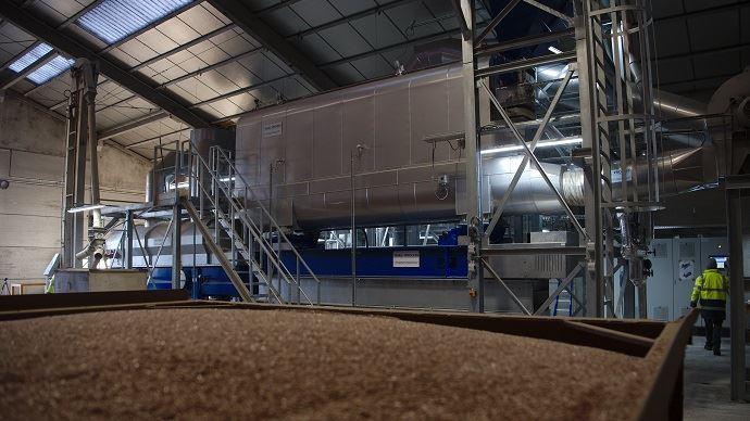 Le procédé de désinfection des semences par la vapeur d'eau se déroule en deux phases: les semences passent dans untunnel en lit fluidifié, rempli de vapeur d'eau. Puis l'étape de refroidissement et de séchage rapide est réalisée dans un second tunnel. (©Terre de lin)