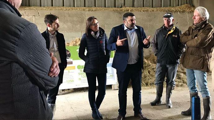 L'ancien syndicaliste JA Jérémy Decerle, désormais candidat aux Européennes sur la liste Renaissance, était en visite d'un élevage marnais le 4 mai dernier. (©@JDecerle)