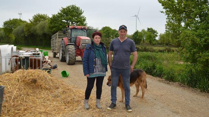Depuis six ans, Didier et Murielle Potiron se battent pour faire reconnaître les préjudices causés à leur élevage par un champ d'éoliennes. (©Cécile Julien)