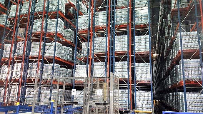 Le lait est stocké en palettes dans un hangar dédié avant d'être rechargé en camions pour être livré chez les clients du groupe. (©TNC)