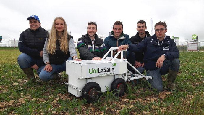 Les étudiants autour d'Unibot leur robot agricole (©Davide Rizzo)