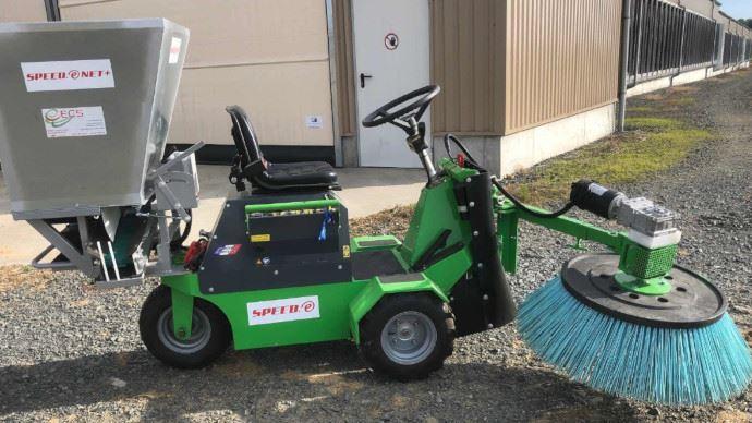 Le nettoyeur à logettes Speed.e Net+ est 100% électrique et combine un balai et une cuve de paillage sur le même engin. (©ECS SARL)