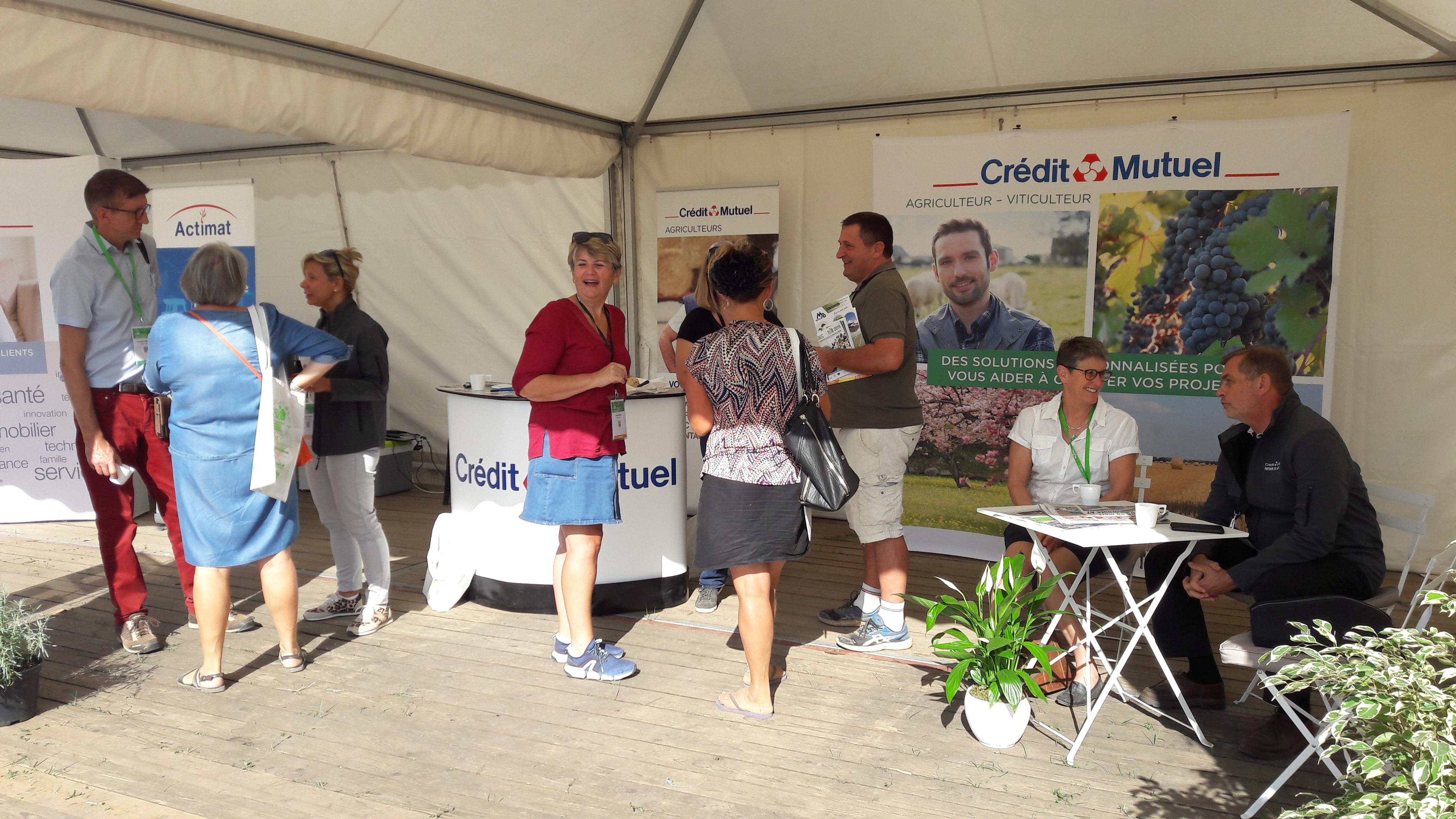 Des spécialistes de l'agriculture étaient là pour recevoir les visiteurs sur le stand du Crédit Mutuel. (©Antoine Cessieux)