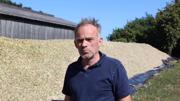 Henri De Kerdanet ne retrouve plus de grains de maïs dans les bouses depuis qu'il ensile avec l'éclateur DuraShredder. (©Paul Renaud)
