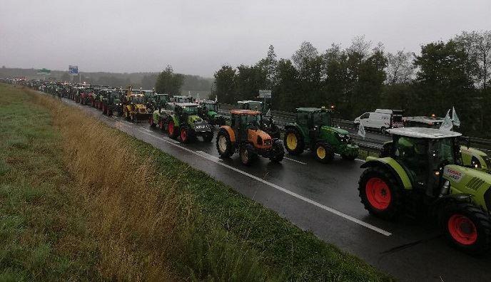 Les agriculteurs se mobilisent sur les grands axes routiers. (©Compte twitter Christiane Lambert.)