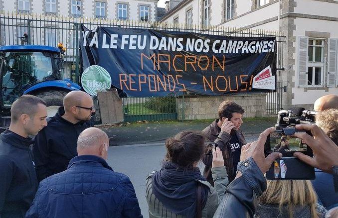Comme ici en Vendée, les préfectures sont le lieu de rassemblement des manifestants. (©Twitter FDSEA Vendée)