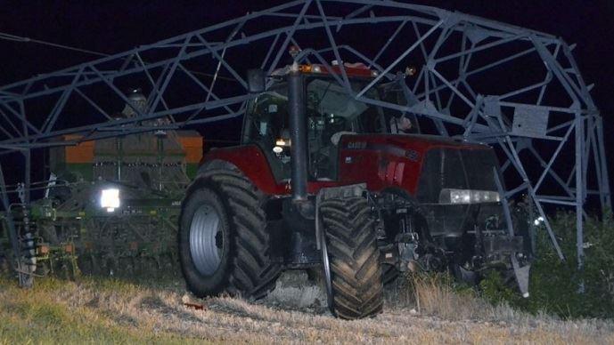 Le tracteur de Christophe Mougin a percuté un pylône d'une ligne à haute tension de 63000 volts. (©Laurent Mougin)