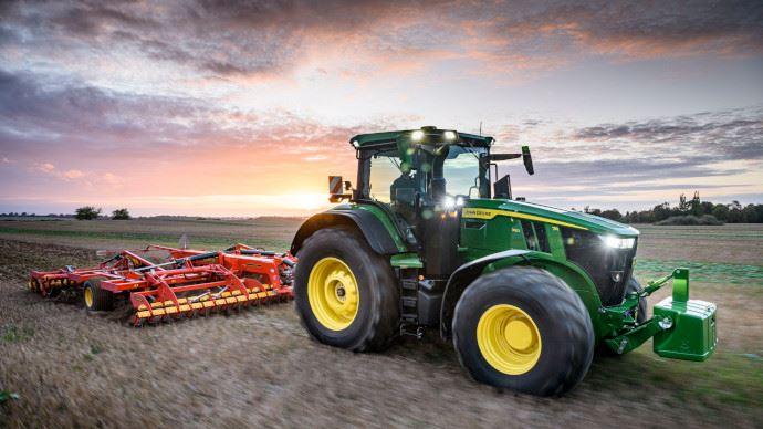 La nouvelle génération de tracteurs 7R gagne en puissance et atteint 363ch! (©John Deere)