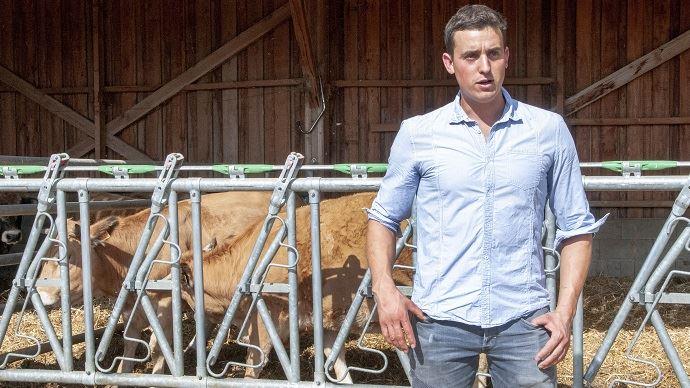 Léo Girard (26) élève des brebis laitières, des porcs et des bovins de race Aubrac à La Baume Cornillane (26) (©Nicolas Mahey)
