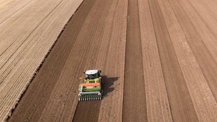 Le signal Satcor 15 est disponible en standard pendant 1 an à l'achat d'un terminal S7 et S10 et d'un tracteur, une moissonneuse-batteuse ou une ensileuse. (©Claas)