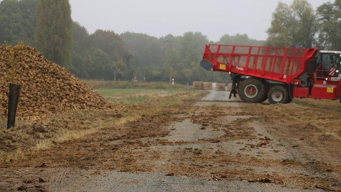 En automne, les chantiers agricoles et les conditions météorologiques humides salissent les routes. (©TNC)