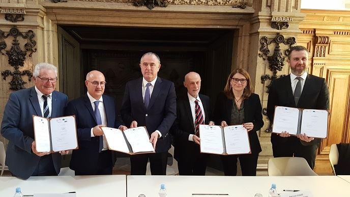 Avec Didier Guillaume, les représentants du Crédit mutuel, d'Arkéa, du FEI, du groupe BPCE et du Crédit agricole, ont signé