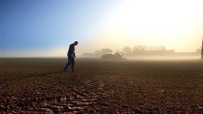 Les raisons du mal-être des agriculteurs sont multiples: sentiment croissant de dénigrement, normes de production plus strictes, volatilité des prix, etc. (©TNC)