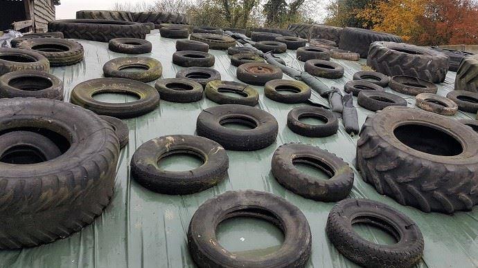 À force d'utiliser les vieux pneus, ceux-ci s'abiment et des parties métalliques peuvent ressortir, trouer la bâche et pire: se retrouver dans l'ensilage. (©TNC)