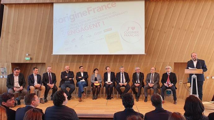 Les 11 signataires de la charte d'engagement pour la valorisation des produits agricoles français dans la restauration indépendante, réunis à Paris mardi 28 janvier 2020. (©TNC)