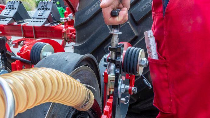 Le réglage de la profondeur s'effectue via le levier à ressort qui remplace le système à boulon. (©Horsch)