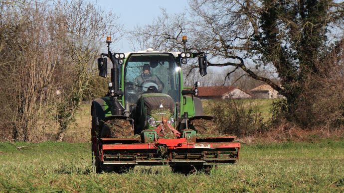 Le rouleau Faca d'Agro-Masz bénéficie de lames décalées pour améliorer sa stabilité à grande vitesse. (©Agri-Partner)