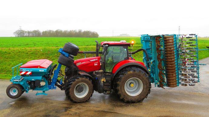 Le tasse-avant Modulo XXL s'adapte aux gabarits des tracteurs modernes. (©Bonnel)