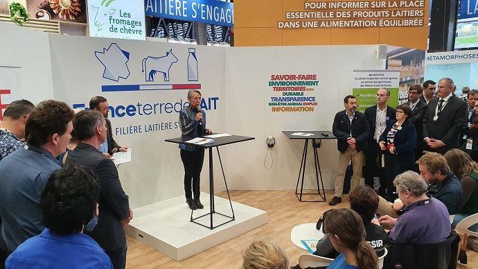Elisabeth Borne, ministre de la transition écologique, sur le stand de l'interprofession laitière pour faire le point sur la labellisation bas-carbone des exploitations agricoles. (©TNC)