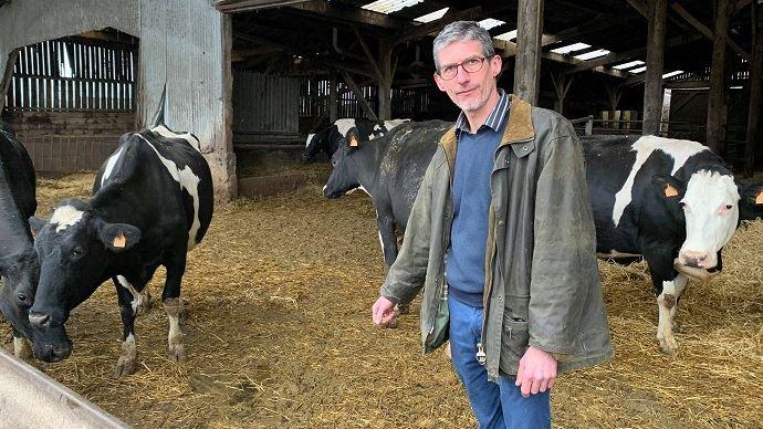 Étienne Perin élève 55 vaches laitières sur 130ha de SAU à Maisoncelle dans le Pas-de-Calais. Son credo: «vivre de mon métier et pouvoir me dégager du temps.» (©TNC)