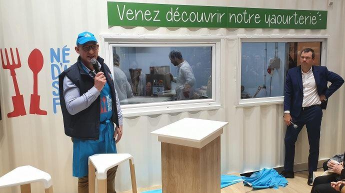 André Bonnard, créateur du projet Né d'une seule ferme, dévoile, avec Thierry Cotillard, le président d'Intermarché, le conteneur yaourterie, lundi 24 février au salon de l'agriculture. (©TNC)