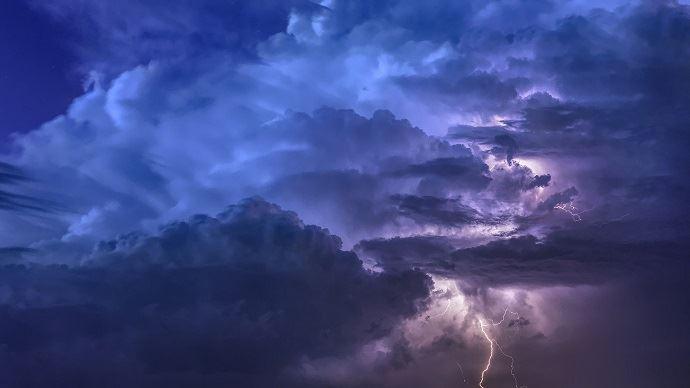 «Sur l'ensemble de l'épisode, des grains orageux seront susceptibles deprovoquer des rafales localement beaucoup plus fortes, voiredes phénomènes tourbillonnairesde type tornades», prévient MeteoNews.(©Pixabay)