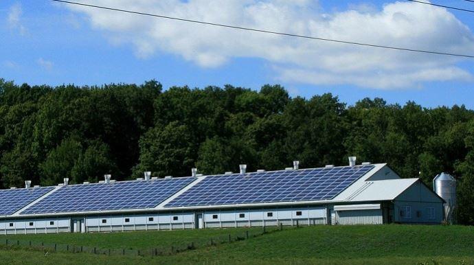 Le relèvement du seuil d'appel d'offres pour les projets de panneaux photovoltaïques devrait redynamiser le nombre de projets portés par les agriculteurs. (©Pixabay)