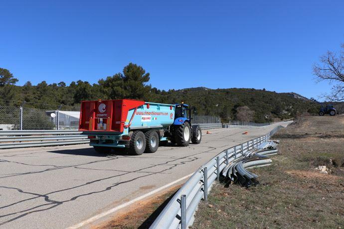 Dans le cadre de l'activité agricole, les tracteurs sont autorisés à circuler malgré les restrictions liées au coronavirus (©TNC)