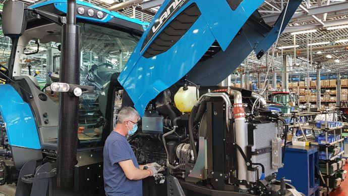 Mesure de la température corporelle, port du masque et des gants... des consignes sanitaires ont été mises en place pour redémarrer le travail en respectant la santé des employés. (©Argo Tractors)