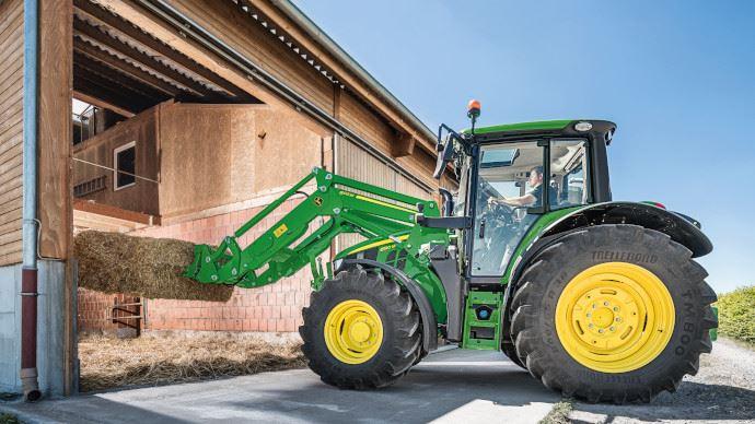 La sérieM compte quatre modèles supplémentaires pour gagner en performances et équiper les tracteur jusqu'à 155ch. (©John Deere)