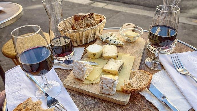 Un collectif vient de lancer un appel à «soutenir nos fromages, nos terroirs et nos producteurs français» autour du triptyque: le pain, le vin et le fromage.(©Pixabay)